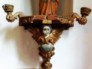 Anjo de Madeira como Suporte de Santo na Capilla Hotel de Villavicencio