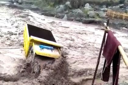 Lahar Dingin Semeru Terjang Truk Pasir di Sungai Besuksat