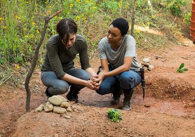 Maggie Greene (Lauren Cohan) e Sasha (Sonequa Martin-Green) davanti alle tombe di Glenn e Abraham
