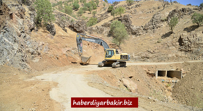 Diyarbakır Kulp'ta mahalle yolları genişletilip asfaltlanıyor