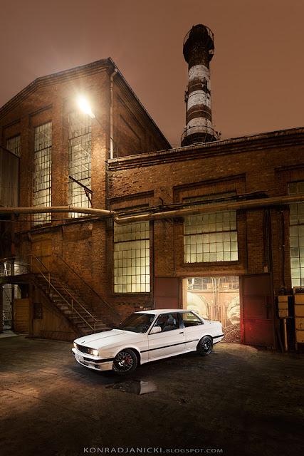 białe BMW serii 3 E30 coupe szeroka lampa