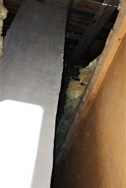 Ukrywał się przed policją we... wnęce kominowej