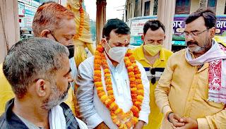 #JaunpurLive :  भाजपा कार्यकर्ताओं ने बेसिक शिक्षा मंत्री डा. सतीश द्विवेदी का गांधी तिराहे पर किया स्वागत