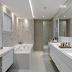 Banheiro com banheira, bancada de make, bacia reservada revestido com seixos e silestone!