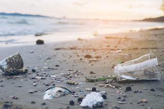 Playa con plástico vertido al mar