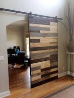 puerta corrediza con pallets de madera desarmados