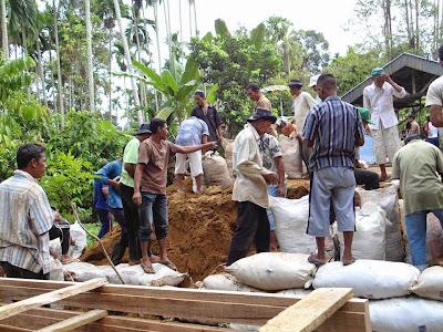 Pemerintah akan memperkuat penerapan pola padat karya dalam pelaksanaan pembangunan desa, baik program/kegiatan yang didanai oleh dana desa maupun yang bersumber dari program/kegiatan Kementerian/Lembaga.