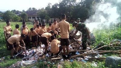Koramil 1312-03/Beo Mengajak Siswa - Siswi SMP Neg 1 Beo Membersihkan  Lingkungan Sekolah