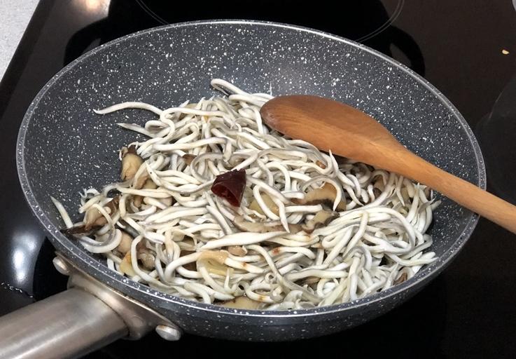 Gulas al ajillo con shiitake