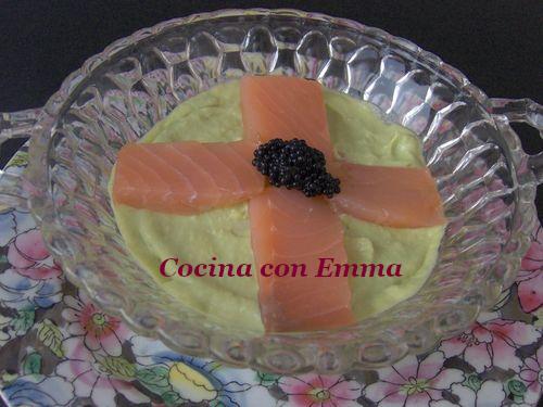 Crema fría de aguacate crujiente y salmón ahumado