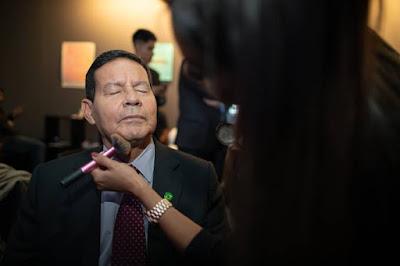 Mourão com uma Maquiadora
