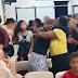 Pastor asegura que Covid-19 no los tocará y feligreses se abrazan sin protección.
