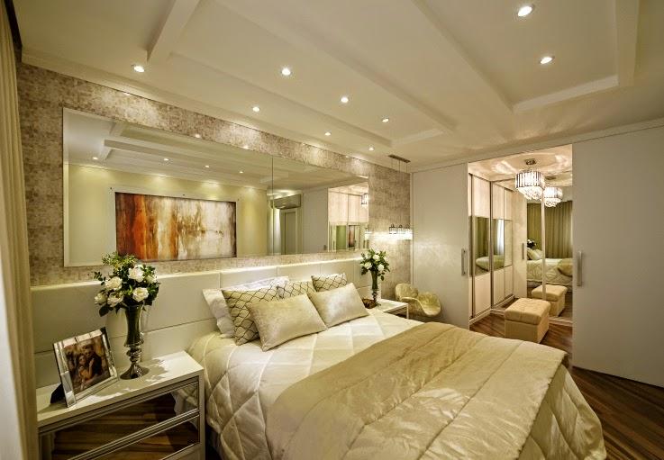 e7990c741 Cama com cabeceiras estofadas e placas brancas + criados espelhados.  Conheça o apartamento todo aqui! Projeto  Iara Kilaris.