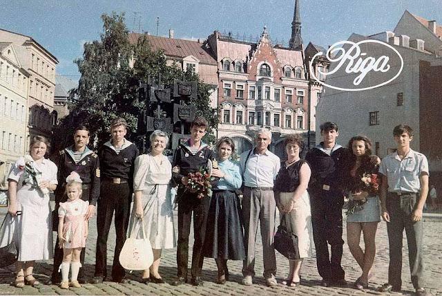 1990 год. Рига. Домская площадь. Фото на память (фото с сайта Выпускников Рижского мореходного училища)