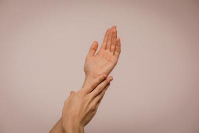 اسباب وخز في اصابع اليد واليدين واليد اليسرى