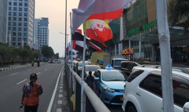 Perjuangan Warga Penjaringan Pasang Bendera Asian Games Pakai Bambu
