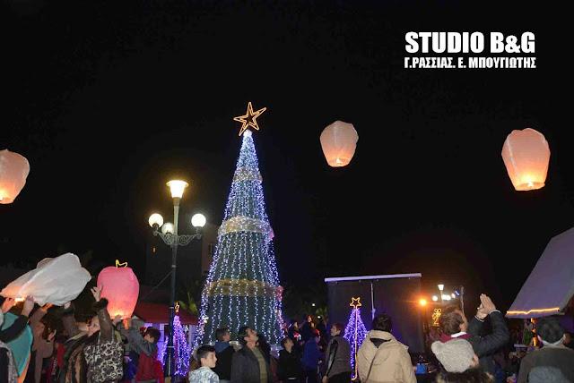 Με πολύχρωμα φαναράκια στο ουρανό άναψαν το Χριστουγεννιάτικο δέντρο στη Νέα Κίο