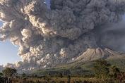 Sinabung Kembali Erupsi, Luncurkan Awan Panas Belasan Kali