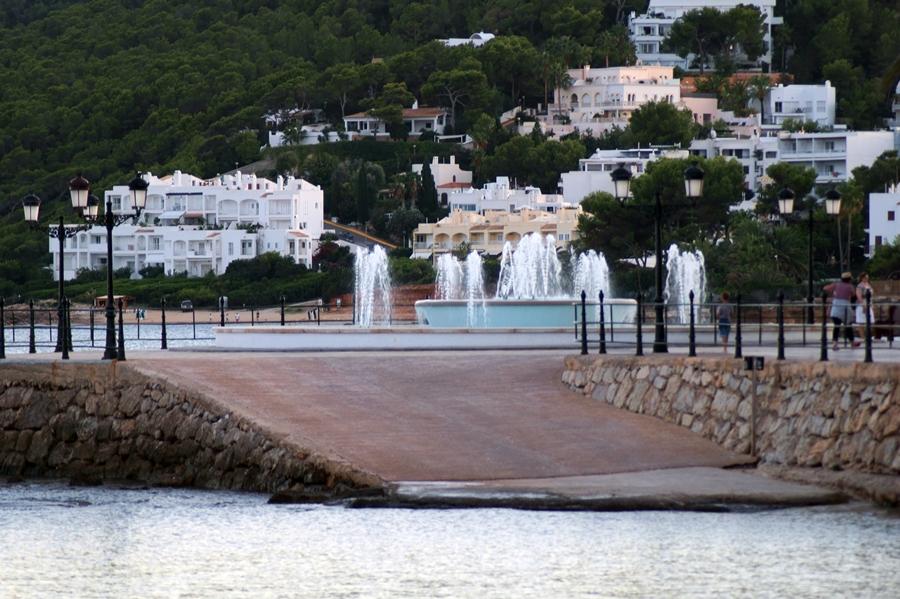 Blog + Fotografie by it's me! - Reisen - La Isla Blanca Ibiza, Santa Eularia - Blick auf Santa Eularia im schwindenden Tageslicht