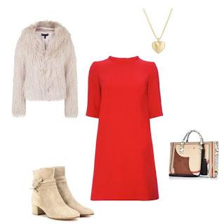 Sugestão para um jantar romântico no dia dos namorados: Vestido de corte direito vermelho, botins camursa bege, casaco de pêlo branco e mala com padrão de cores neutras