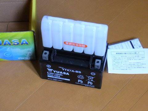 台湾ユアサ YTX7A-BSのバッテリー液補充中。この後CTEK JS3300充電器で満充電させてからバイクに載せます。
