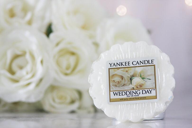 wosk wedding day yankee candle na tle białych róż