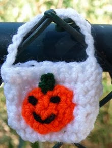 http://translate.google.es/translate?hl=es&sl=en&tl=es&u=http%3A%2F%2Fplanetmfiles.com%2F2008%2F10%2F30%2Ftiny-crochet-halloween-bag-fill-it-with-love%2F