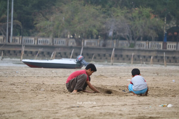 bermain pasir di pantai cemara