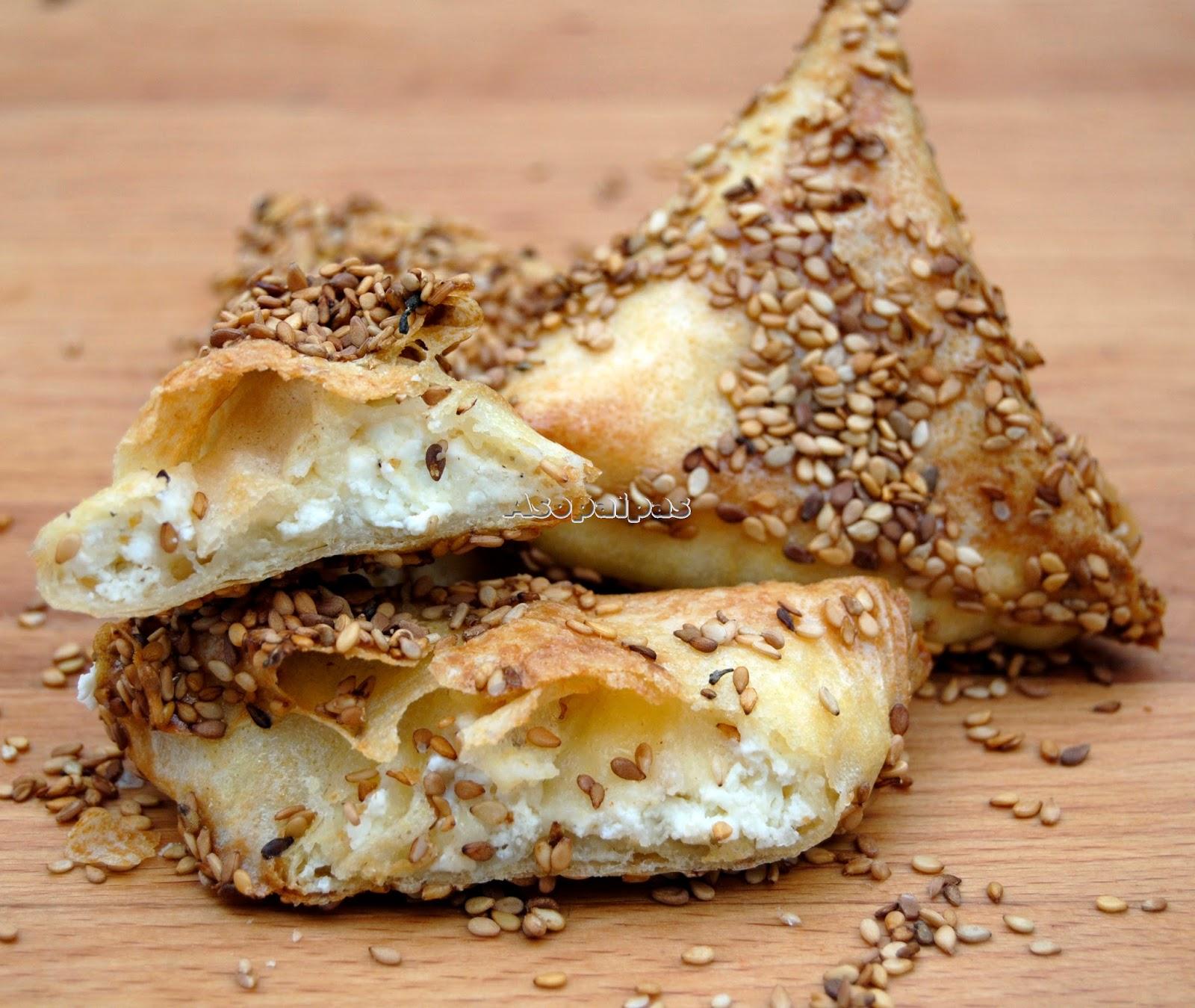 Tyropitakia Triángulos rellenos de queso