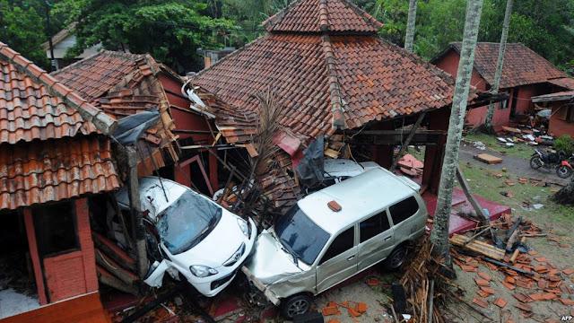 Bangunan-bangunan dan mobil-mobil yang rusak di Anyer, Serang, Minggu, 23 Desember 2018, setelah kawasan itu dilanda tsunami akibat letusan Gunung Anak Krakatau pada Sabtu, 22 Desember 2018. (Foto: AFP)