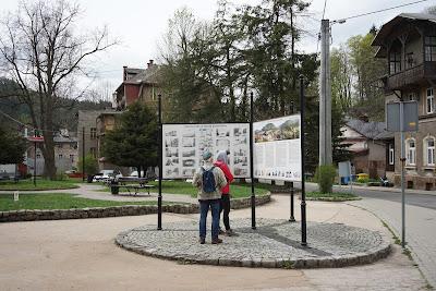 Atrakcje Sokołowska zebrane na tablicach informacyjnych przy skwerze Krzysztofa Kieślowskiego