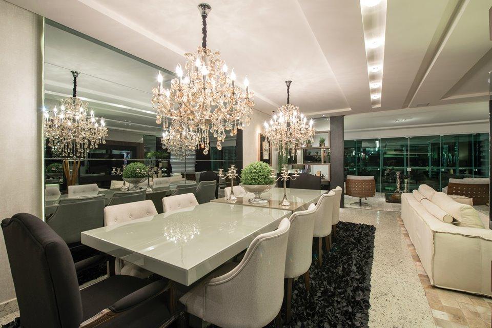 346bcce042e52 Sala de jantar com mesa grande e com dois lustre de cristais clássicos.  Projeto  Athos Arquitetura