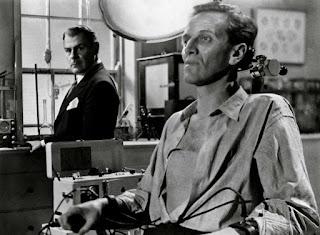 Brian Donlevy y Richard Worsdworth en El experimento del Dr. Quatermass
