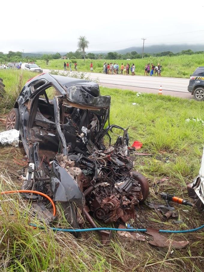 Casal e filha de 1 ano morrem em colisão entre o carro que estavam e carreta carregada de carvão
