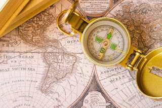 Mapa com uma bússola por cima
