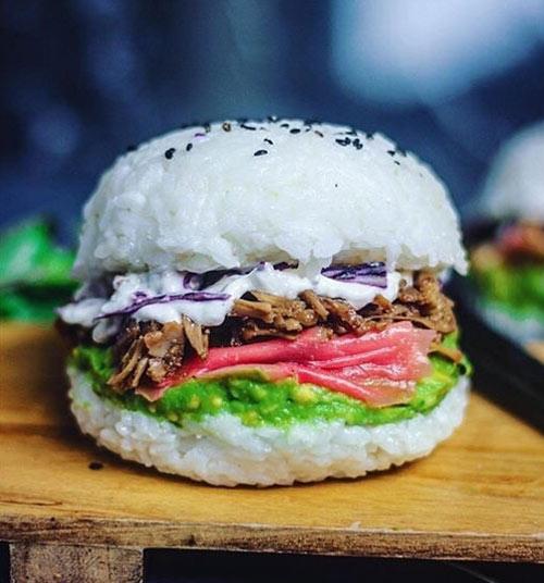Chế biến đồ ăn nhanh độc lạ: Hamburger cơm kẹp thịt ngon mê ly