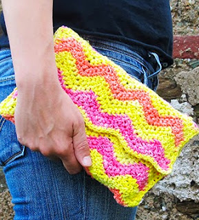 http://translate.google.es/translate?hl=es&sl=nl&tl=es&u=http%3A%2F%2Fwww.littlethingsblogged.com%2F2014%2F07%2Fcrochet-ripple-clutch-bag.html