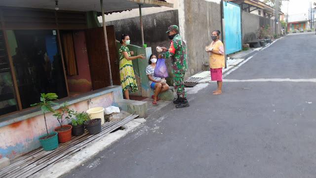 KodimKaranganyar - Buka Puasa, Koramil 04/Jaten Bersama Polsek Jaten Bagikan Nasi Bungkus