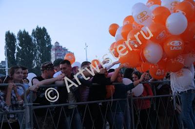 Раздача воздушных шаров с логотипом на рекламной акции
