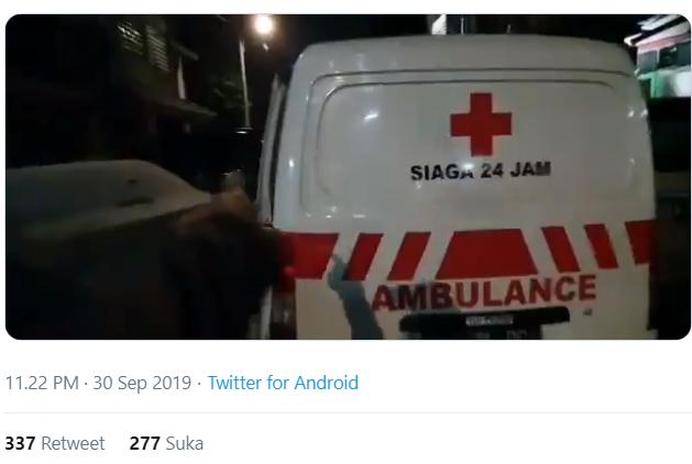 Ambulans Dipukul dan Ditembaki Gas Air Mata Oleh Polisi, Warganet Geram