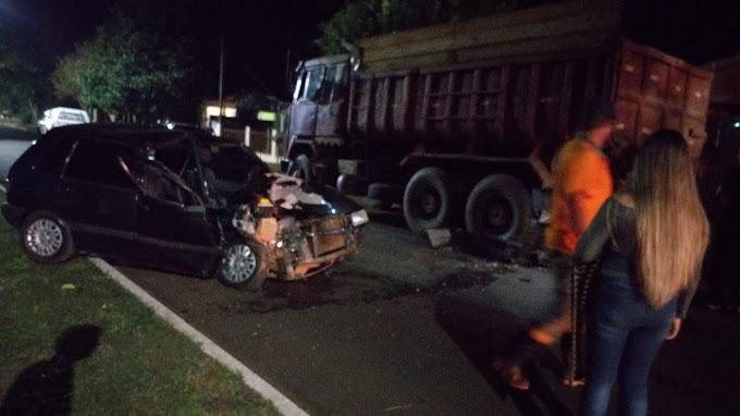 Laranjeiras: Uno bate em caminhão parado na Avenida Natel de Camargo na noite deste sábado