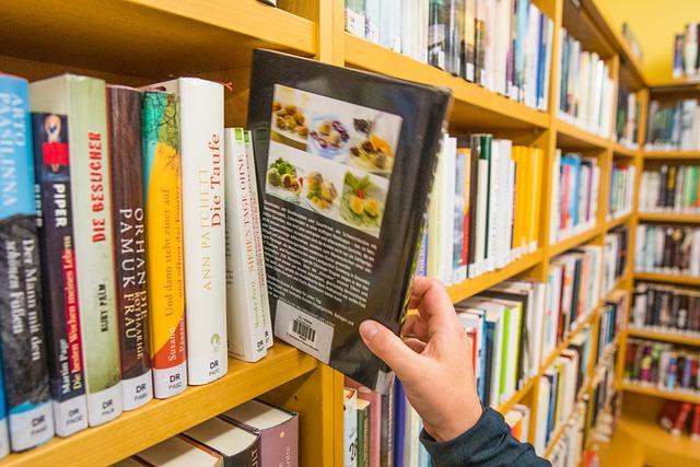 mengunjungi toko buku