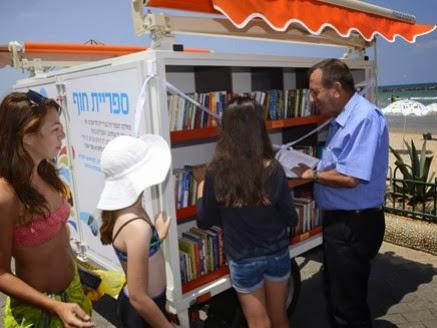 Mayor Ron Huldai dan Pembaca Perpustakaan Pantai di Tela Aviv