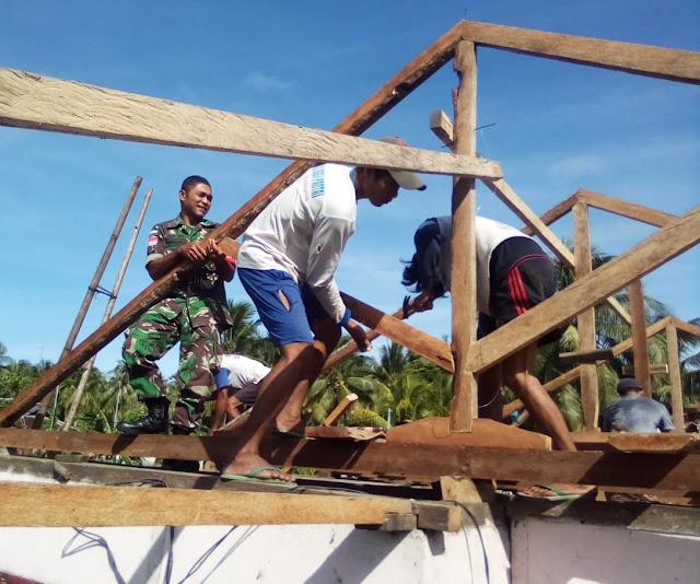 Babinsa Karatung Bersatu Bantu Warga Renovasi Rumah
