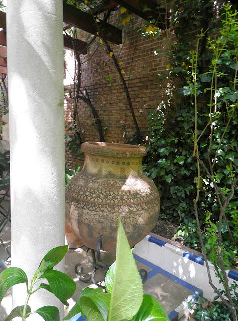 Tinaja bajo la pérgola. Jardines del Museo Sorolla, Madrid
