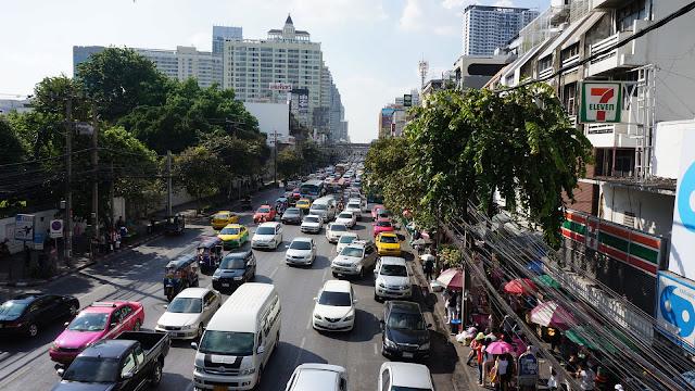 Изображение вида с эстакады на проспект в Бангкоке