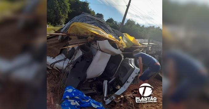 Caminhão fica completamente destruído após acidente entre Toledo e Ouro Verde do Oeste