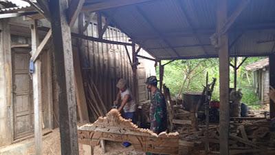 Sunari Salah Satu Pengrajin Mebel Di Desa Tamansari