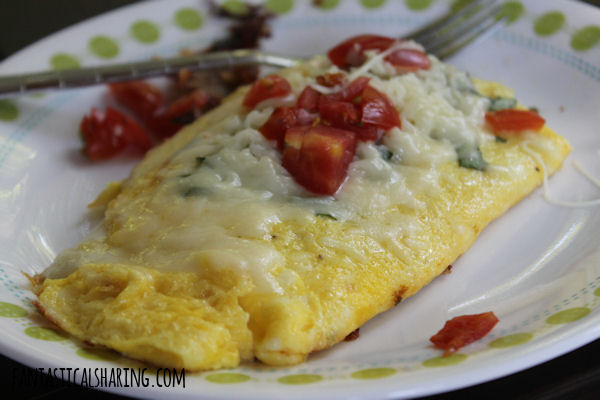 Tomato, Cheese, and Basil Omelet // This caprese-style omelet is the perfect thing to enjoy first thing in the morning! #recipe #caprese #basil #omelet #egg #breakfast
