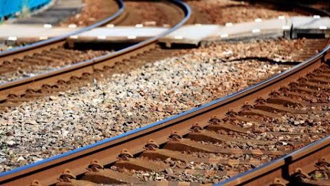 Vonattal ütközött egy autó Kapuváron, a sofőr meghalt